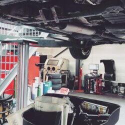 Onderhoud auto in autogarage